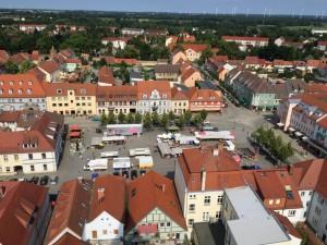 (05)Der Markt mit Rathaus